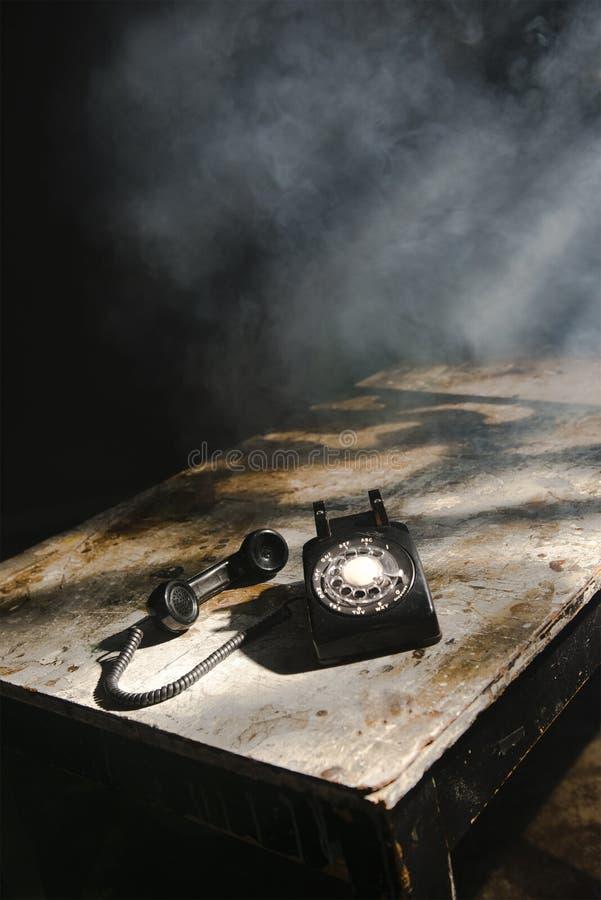 Vecchio retro telefono rotatorio d'annata, Smokey Room immagine stock libera da diritti