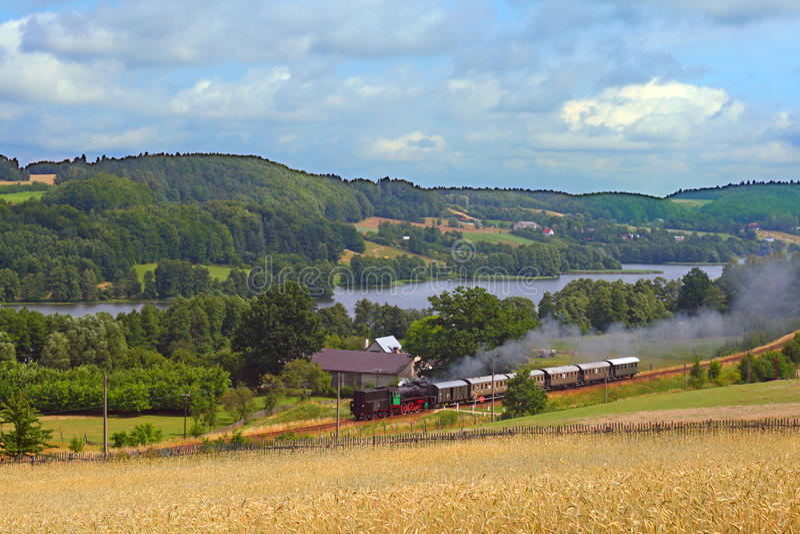 Vecchio retro treno del vapore che passa la riva del lago fotografie stock libere da diritti