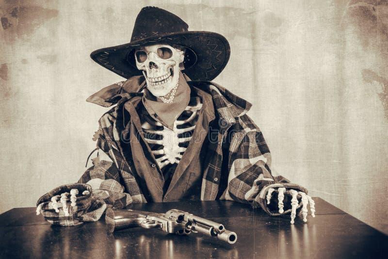 Vecchio revolver di scheletro ad ovest immagini stock