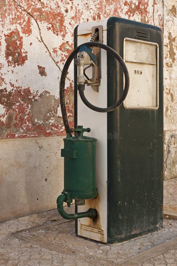Vecchio rifornimento della pompa della benzina fotografia stock libera da diritti