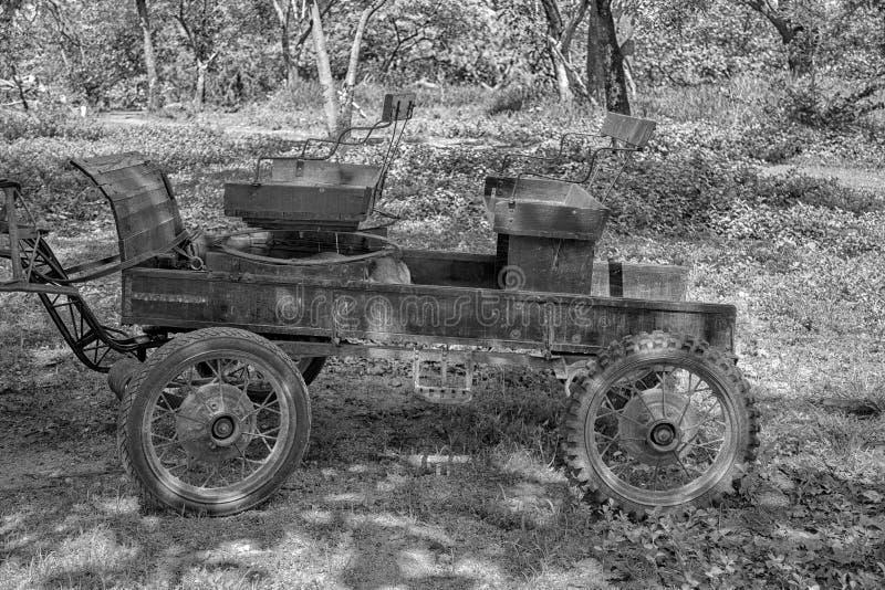 Vecchio rimorchio d'annata negli alberi fotografia stock