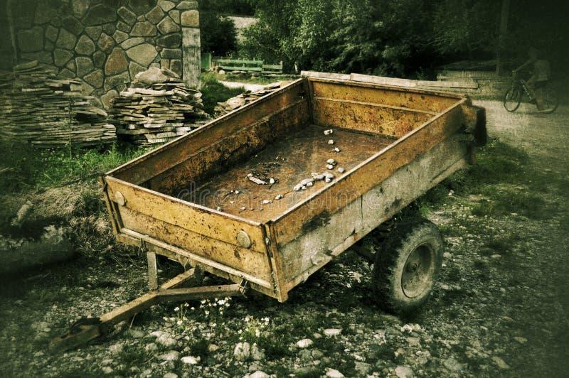 Vecchio rimorchio dell'automobile in villaggio russo immagini stock