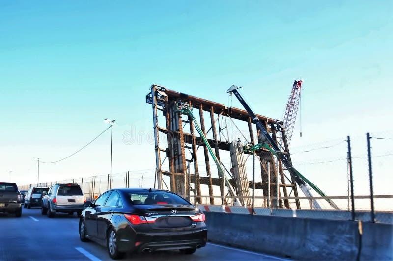 Vecchio rinnovamento arrugginito della strada principale di demolizione del ponte mobile fotografia stock