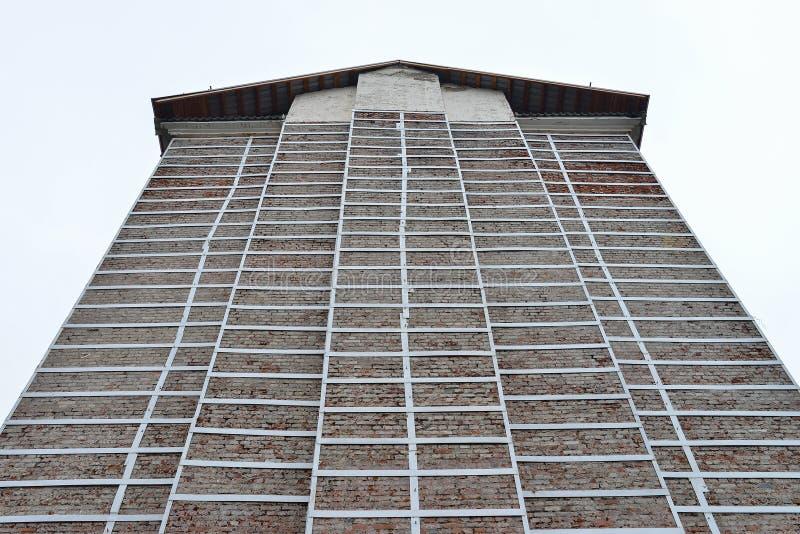 Vecchio rinnovamento della facciata della costruzione, ricostruzione della casa e riparazione fotografia stock
