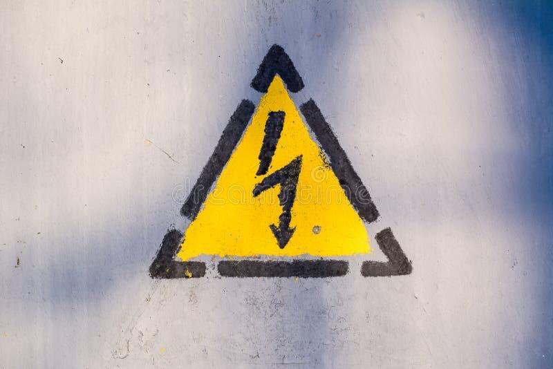 Vecchio rischio di segno del triangolo della scossa elettrica fotografie stock libere da diritti