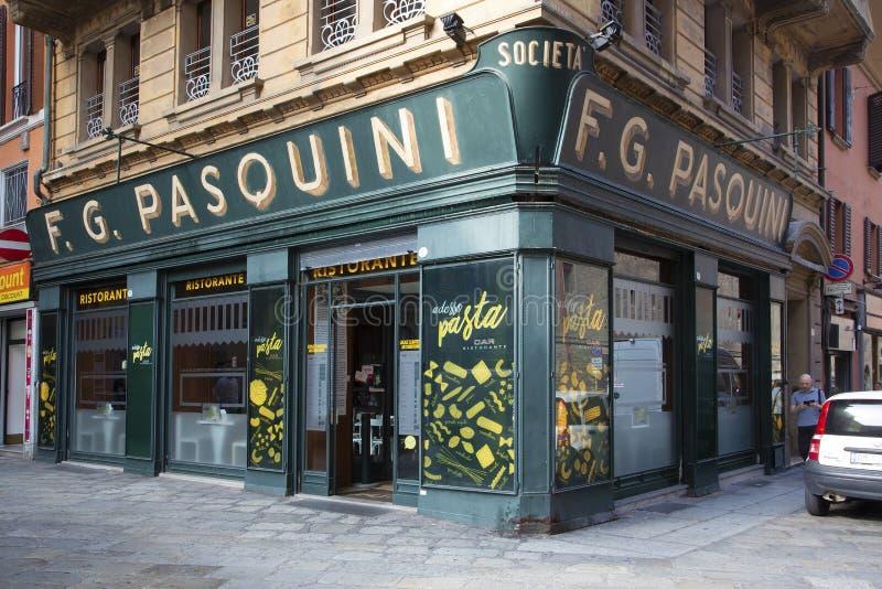 Vecchio ristorante nel quadrato centrale di Bologna immagini stock