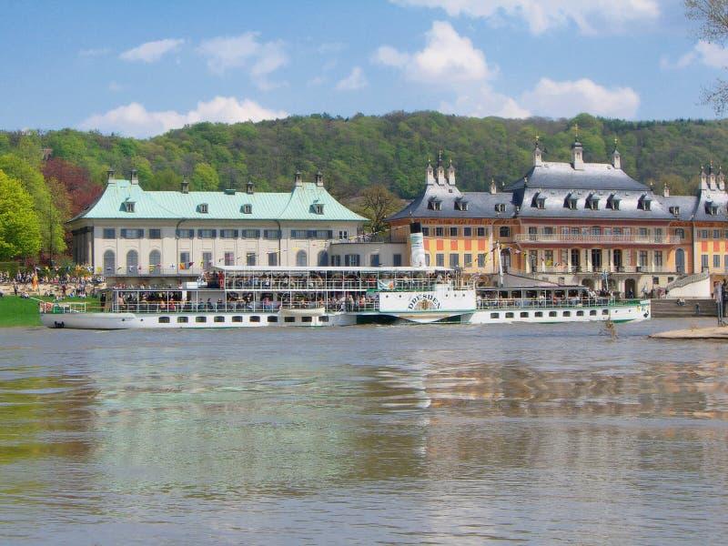 Vecchio Riverboat davanti al castello di Pillnitz immagini stock libere da diritti