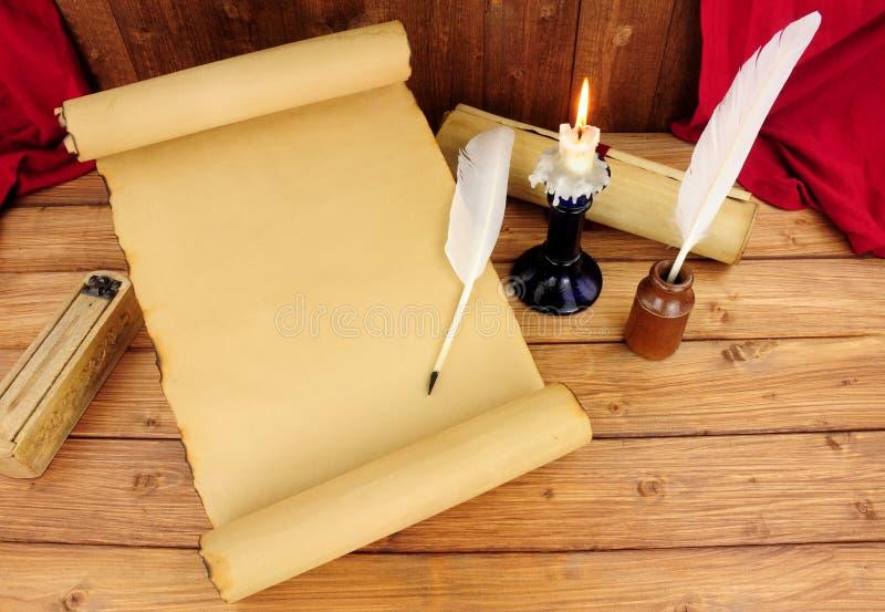 Vecchio rotolo di carta con la piuma Quill Pens fotografia stock