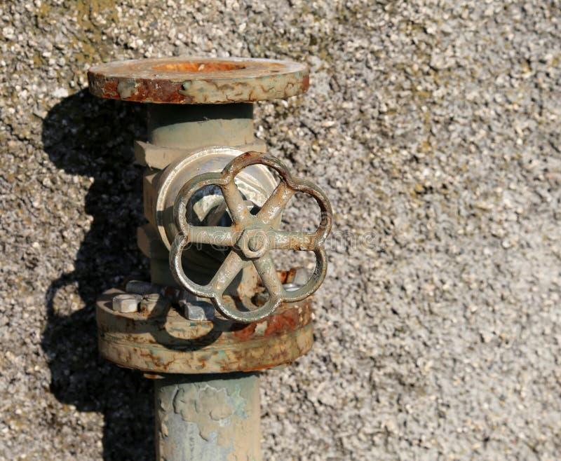 Vecchio rubinetto arrugginito di vecchio impianto industriale immagine stock libera da diritti