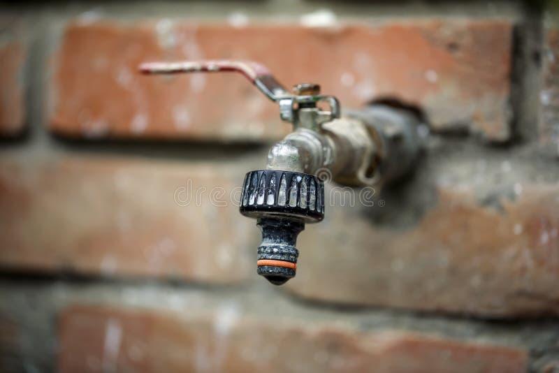 Vecchio rubinetto del giardino fotografia stock libera da diritti