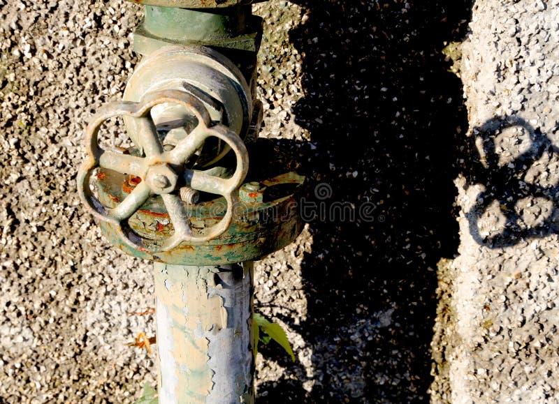 Vecchio rubinetto di un giardino immagini stock libere da diritti