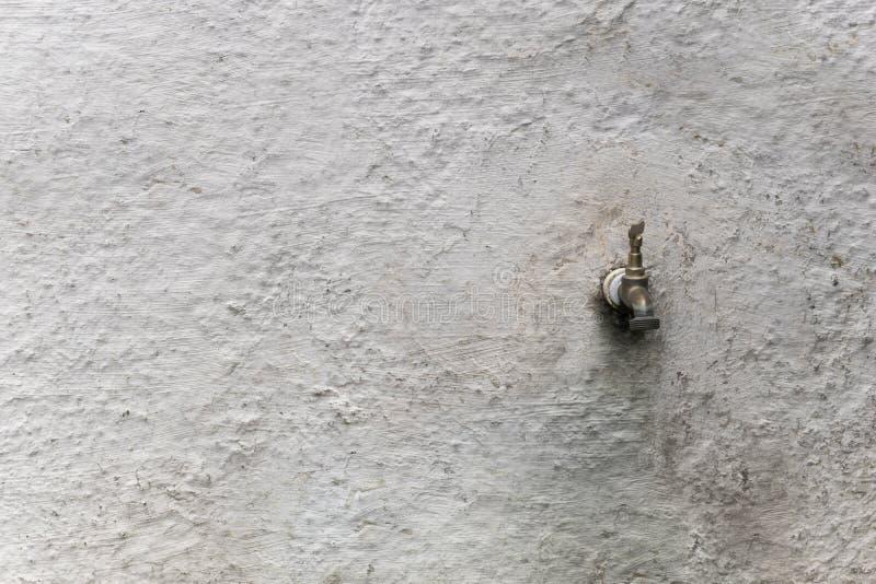 Vecchio rubinetto sulla parete bianca fotografie stock libere da diritti