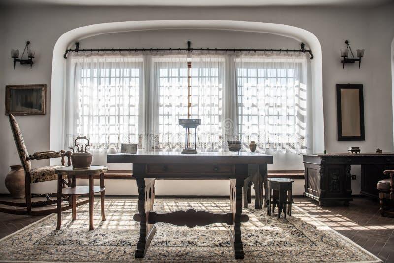 Vecchio salone dell'interno rustico fotografia stock libera da diritti