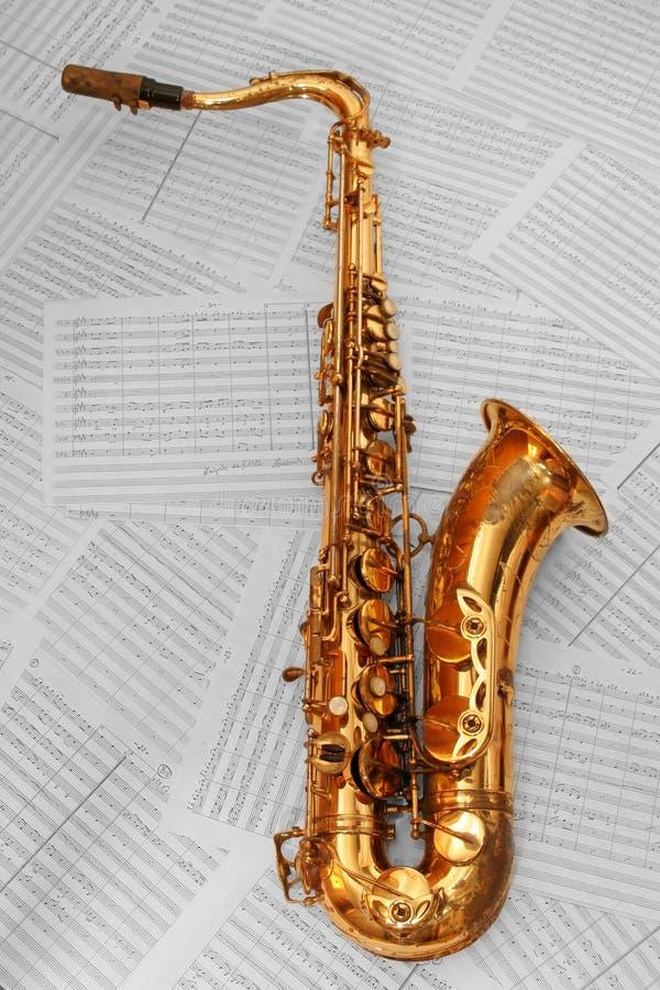 Vecchio sassofono dorato immagine stock