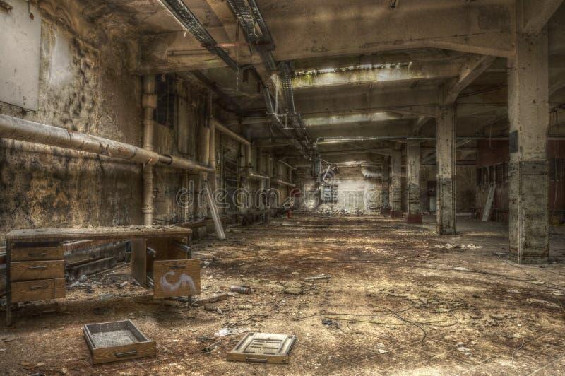 Vecchio scrittorio in un corridoio abbandonato immagine stock libera da diritti