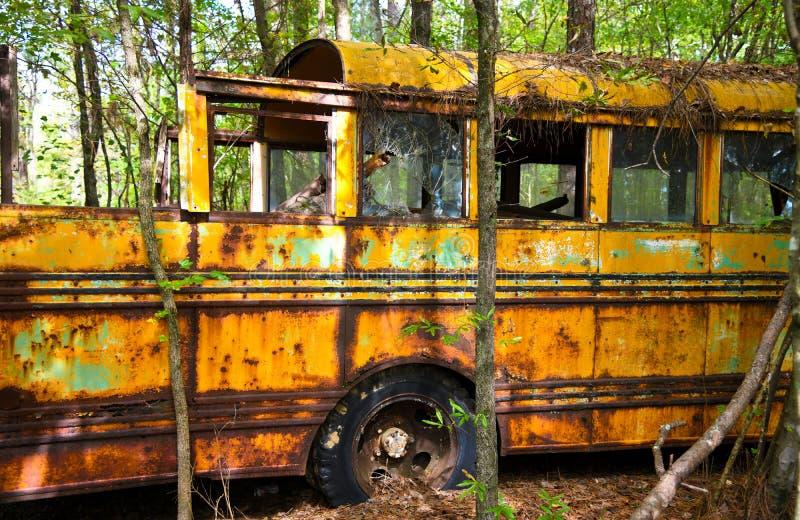 Vecchio scuolabus del residuo immagini stock