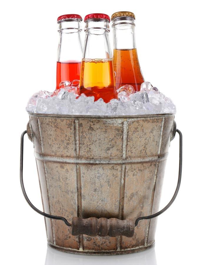 Vecchio secchio con lo schiocco di soda e del ghiaccio immagini stock libere da diritti