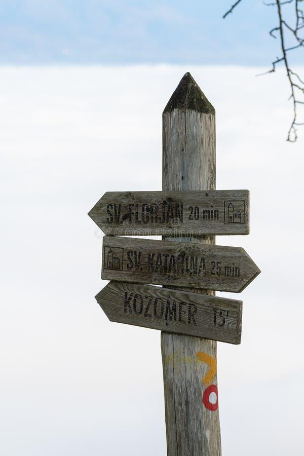 Vecchio segnale stradale di legno stagionato su un fondo nebbioso fotografie stock libere da diritti