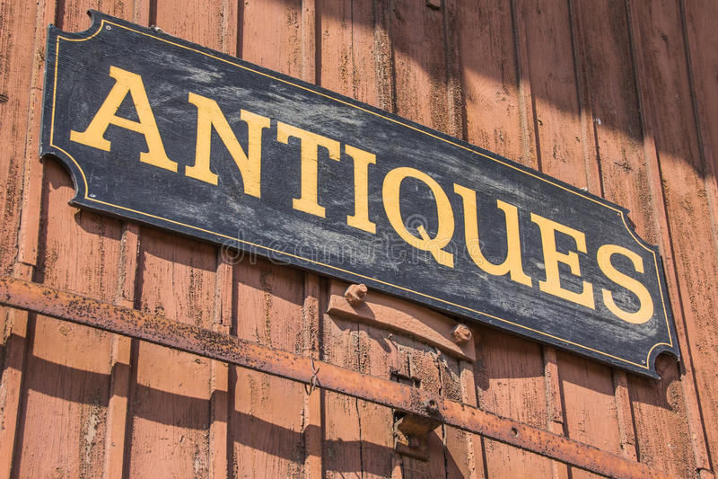 Vecchio segno degli oggetti d'antiquariato fotografia stock libera da diritti