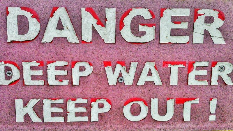 Vecchio segno del pericolo immagine stock