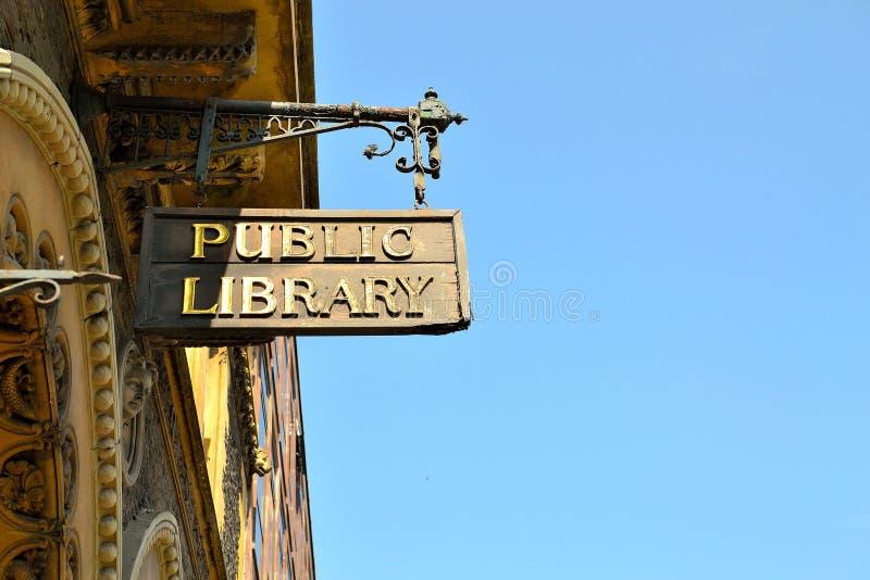 vecchio segno della biblioteca pubblica fotografie stock libere da diritti