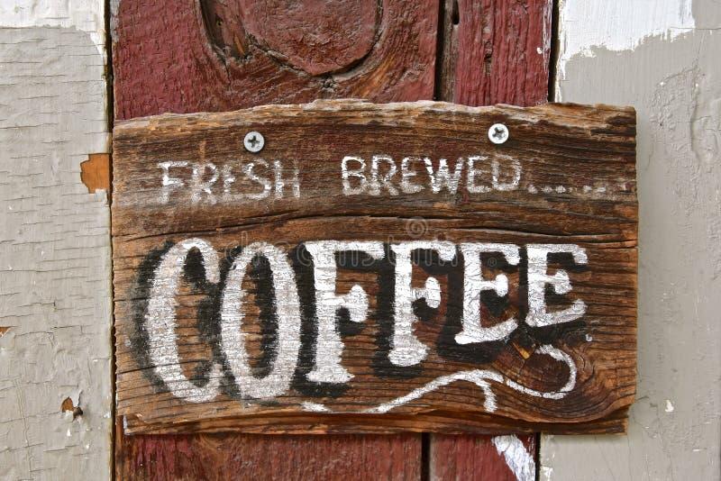 Vecchio segno di legno che annuncia caffè preparato fresco fotografie stock
