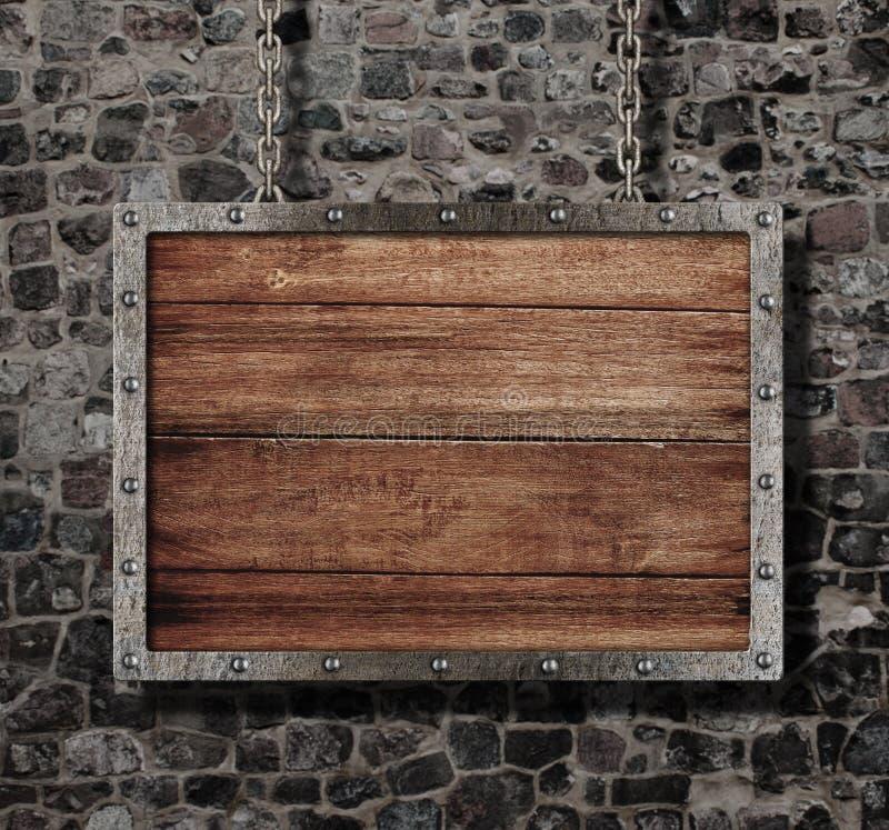 Vecchio segno medievale con la catena sulla parete di pietra fotografia stock libera da diritti