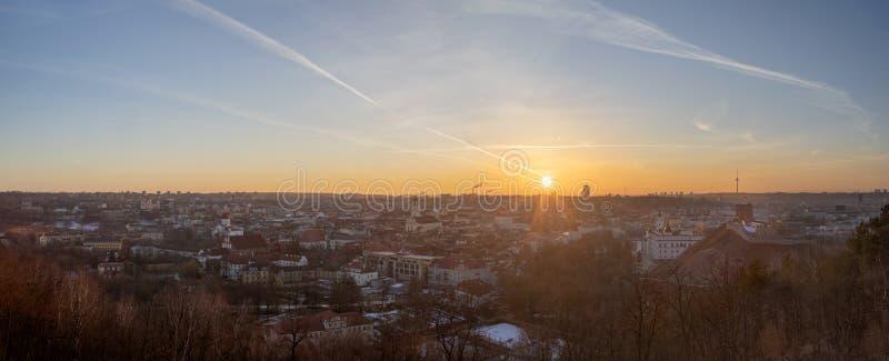 Vecchio sera tardi di panorama della città di Vilnius al giorno di inverno freddo fotografie stock libere da diritti