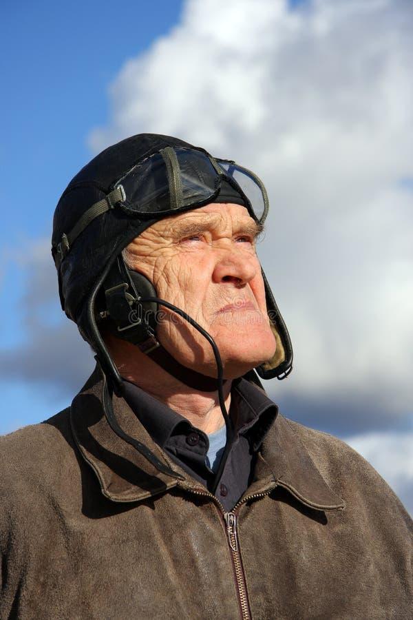 Vecchio sguardo pilota al cielo fotografia stock libera da diritti