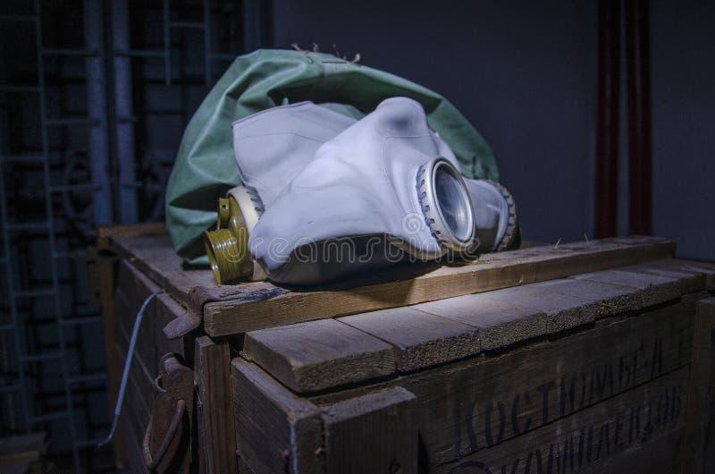 Vecchio, sistema industriale di filtro-ventilazione, nel seminterrato di un rifugio antiaereo abbandonato immagine stock libera da diritti