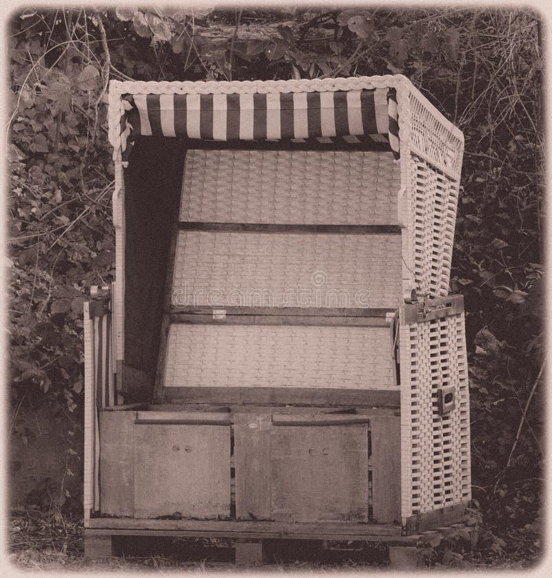 Vecchio sofà dal fiume fotografia stock