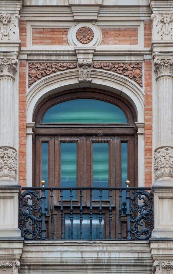 Vecchio stile spagnolo della finestra e del balcone dell'ornamento del mattone con la decorazione dello stucco fotografia stock libera da diritti