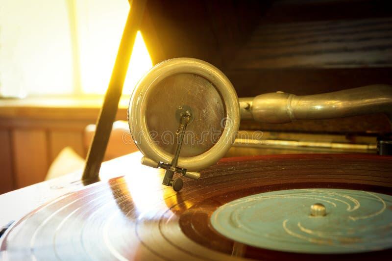 Vecchio stilo su un disco girante, strumenti del giradischi di musica fotografie stock