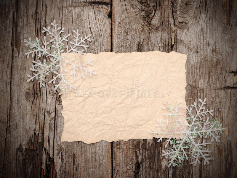 Vecchio strato di carta in bianco con i fiocchi di neve fotografie stock