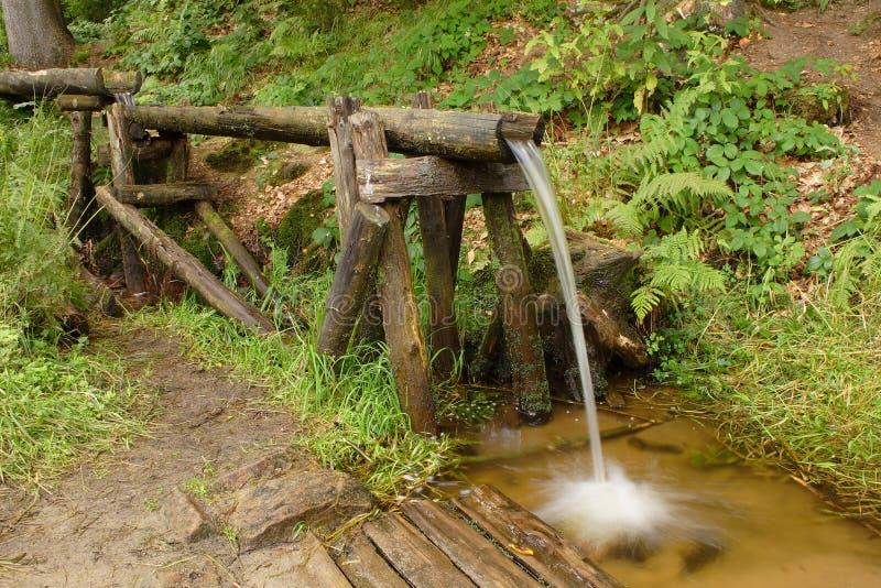 Vecchio strumento di bambù dell'acqua in foresta fotografie stock libere da diritti