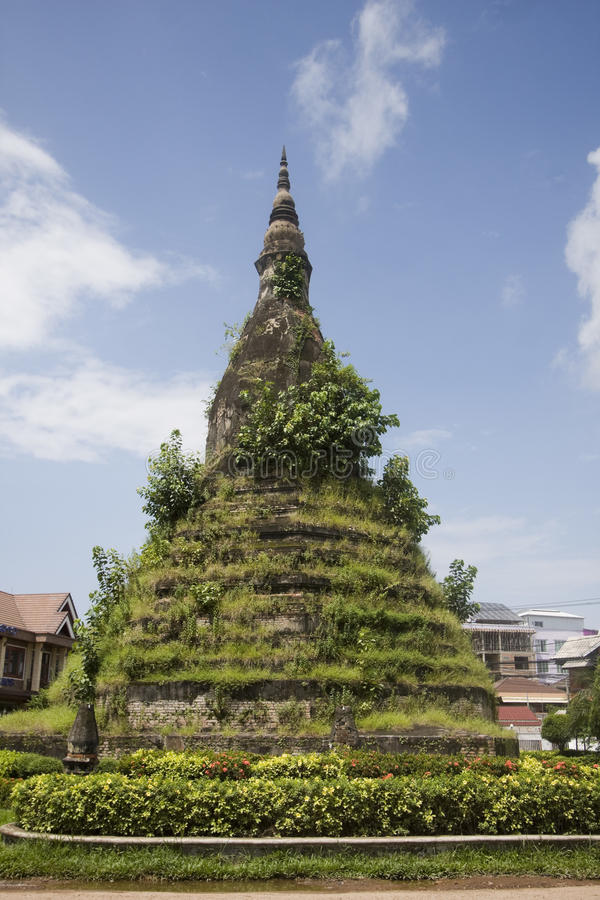 Vecchio stupa fatto della pietra nel Laos immagine stock libera da diritti