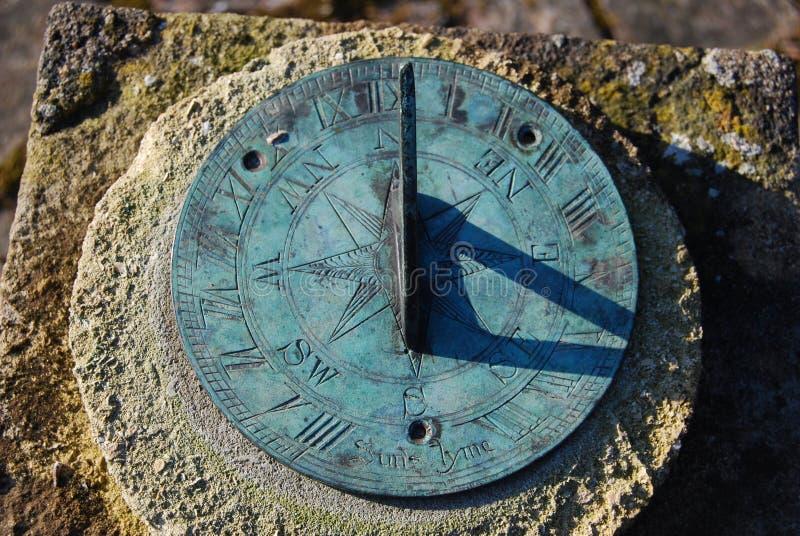 vecchio sundial vicino dell'ombra in su fotografie stock