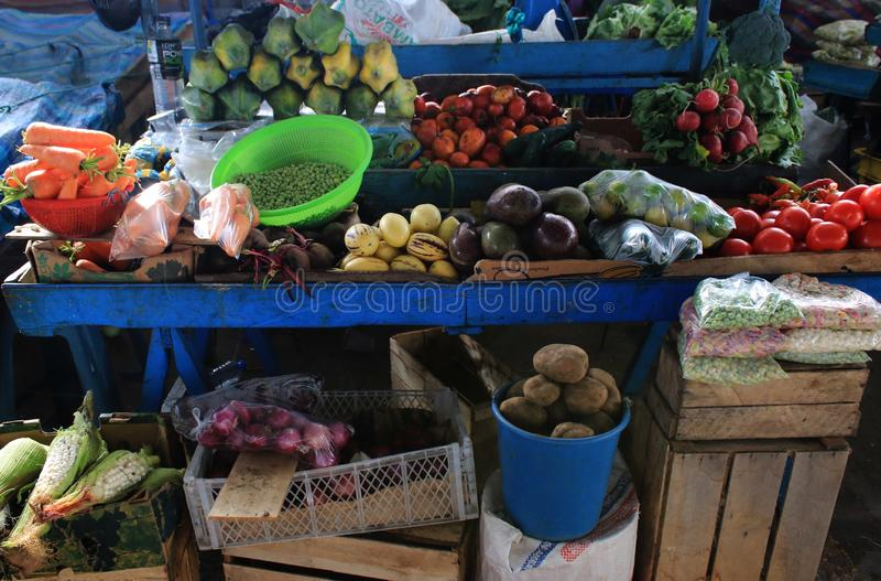Vecchio supporto blu del mercato con i lotti della frutta e delle verdure fresche differenti immagini stock