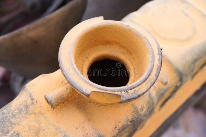 Vecchio tappo del radiatore sotto il cappuccio dell'automobile fotografia stock libera da diritti