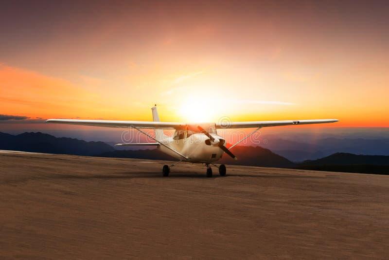Vecchio taxi dell'aereo di elica sulla pista dell'aeroporto contro il cielo stabilito del bello sole fotografia stock libera da diritti