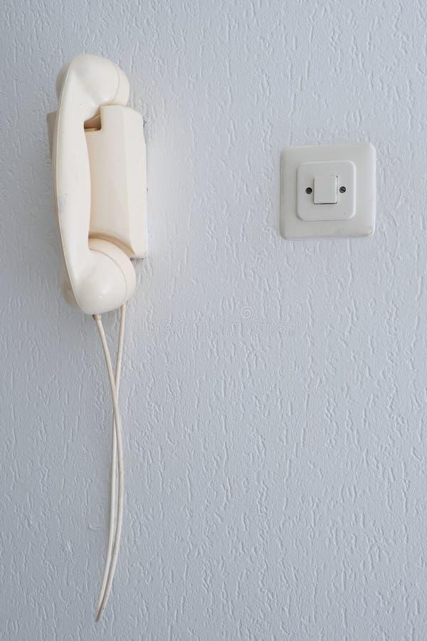 Vecchio telefono analogico su una parete fotografie stock