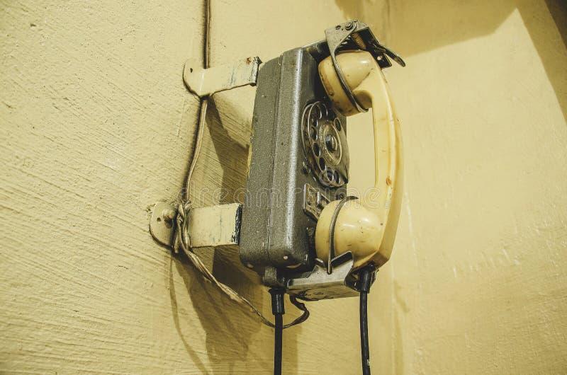 Vecchio telefono d'annata, sulla parete immagine stock