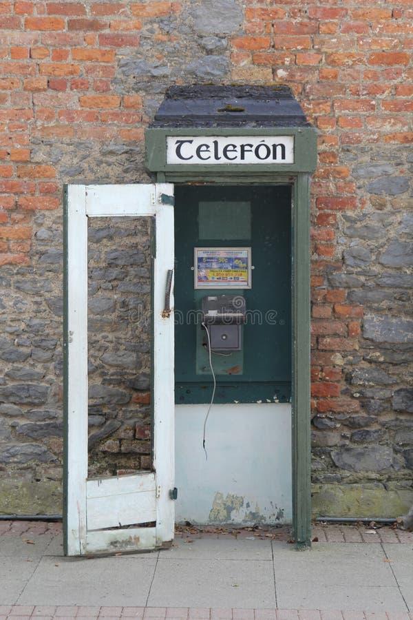 Vecchio telefono da qualche parte in Irlanda fotografia stock