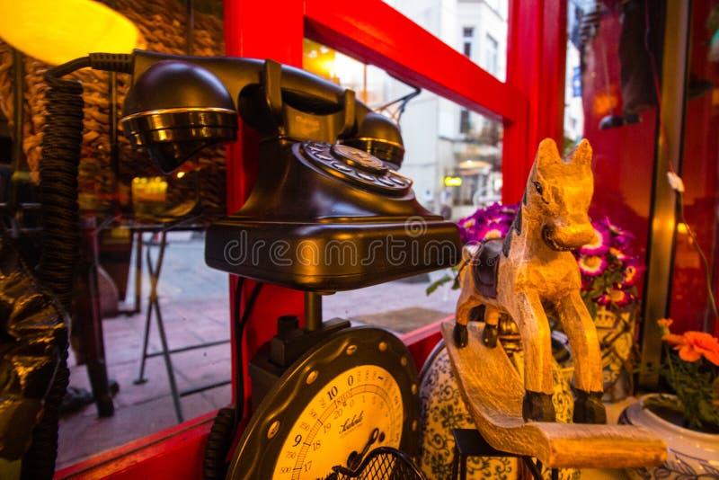 Vecchio telefono nero d'annata, figura antica del cavallo fotografia stock libera da diritti