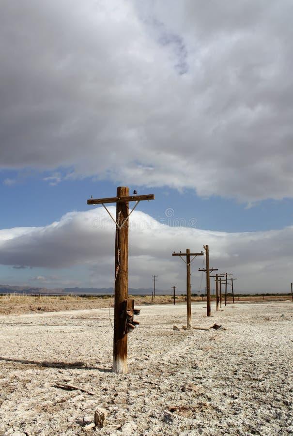 Vecchio telefono pali al mare di Salton immagini stock