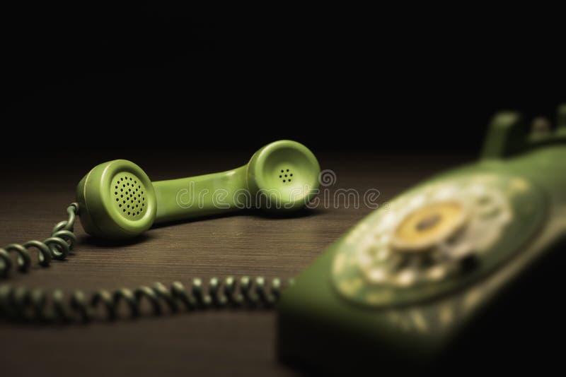 Vecchio telefono su una tavola di legno fotografie stock libere da diritti