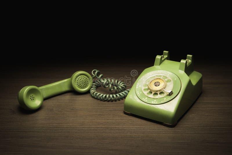 Vecchio telefono su una tavola di legno immagini stock libere da diritti