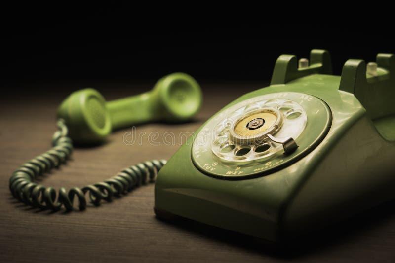 Vecchio telefono su una tavola di legno fotografia stock
