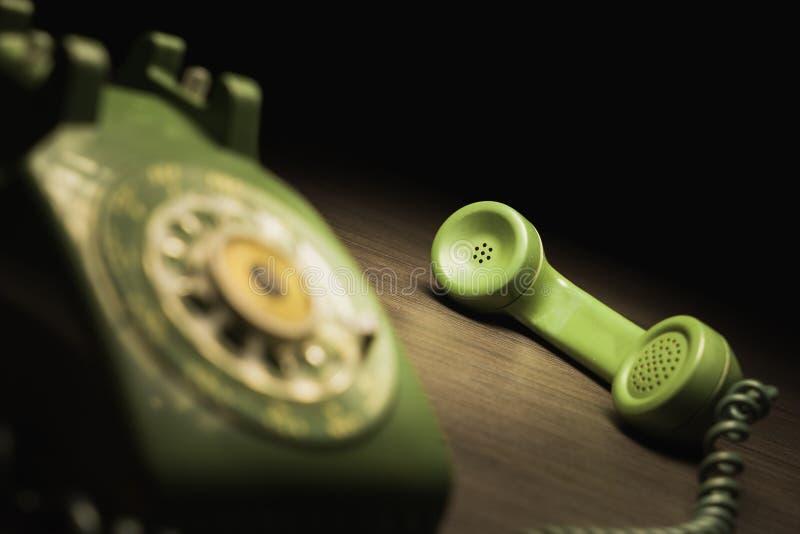 Vecchio telefono su una tavola di legno immagine stock