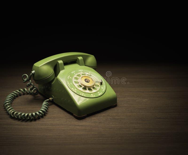 Vecchio telefono su una tavola di legno fotografia stock libera da diritti